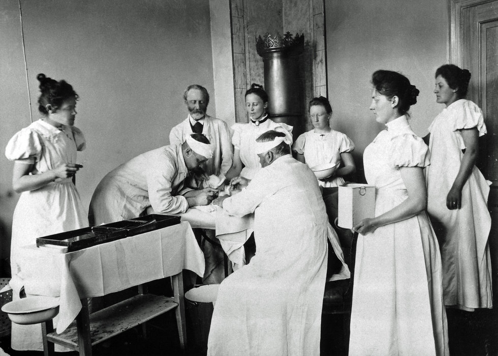 En operation på Varde Sygehus ca. 1900